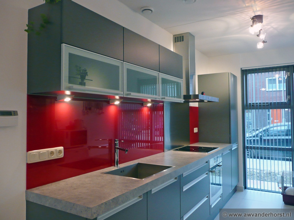 Glazen keuken achterwand glasplaat achterwand - Foto grijze keuken en hout ...