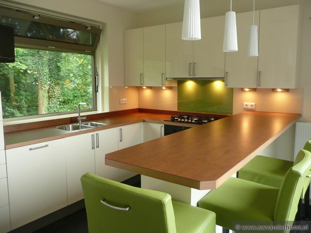 Keuken Grijs Groen : Wit glazen keuken achterwand gecombineerd met lime groen glas achter