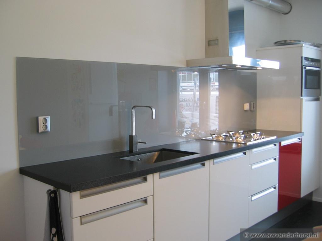 Keuken Grijs Ikea : Lange grijze glazen keuken achterwand met wandcontactdozen en