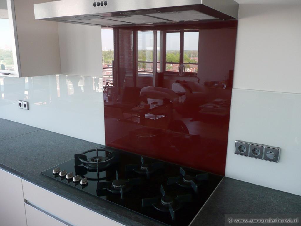 Rvs Keuken Plaat : Wit glazen keuken achterwand gecombineerd met bordeau rood glas achter