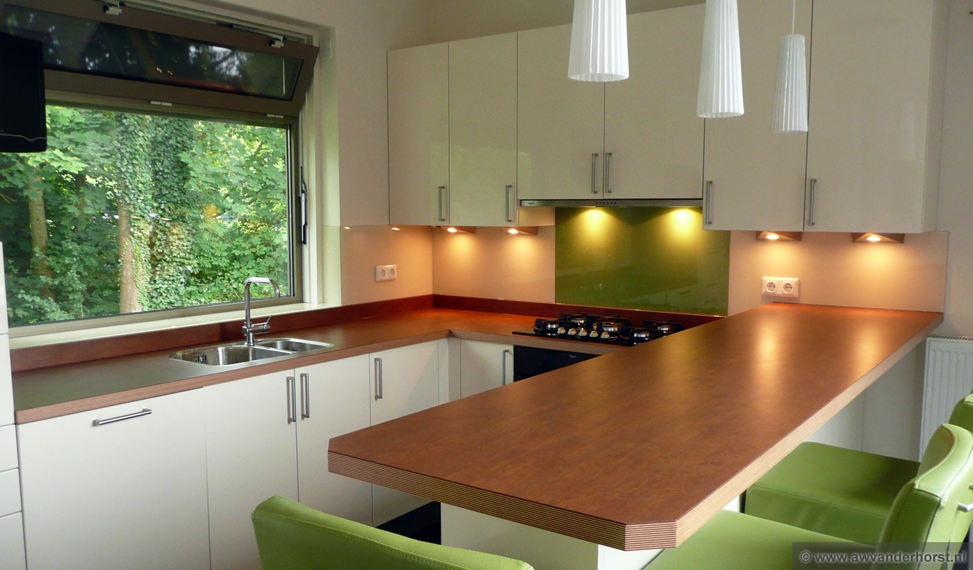 Gekleurd Glas Keuken: Glazen achterwand keuken interieur.