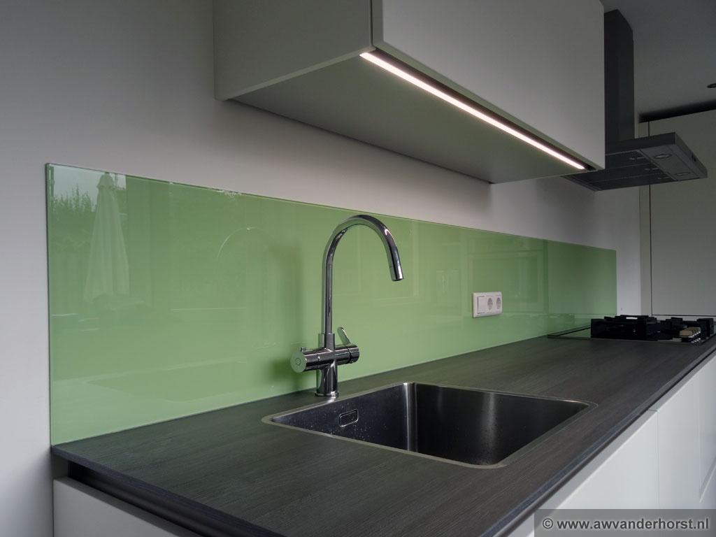 Achterwand Modern Keuken : Hoogglans witte keuken met glazen keuken achterwand moderne