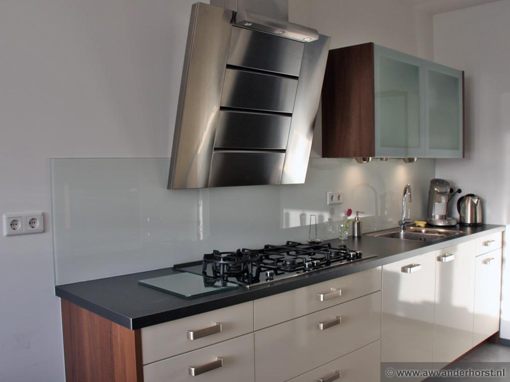 Achterwand Modern Keuken : Gehard glas in de keuken als spatwand achterwand en werkblad